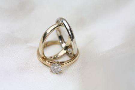 wedding bands: dos bandas de boda de llanura simples y un anillo de compromiso de diamante solitario