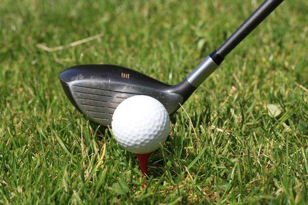 Ein Golfball auf ein t-shirt und ein golfclub  Standard-Bild - 7117370