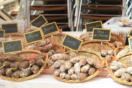 carniceria: Tradicionales salchichas franc�s en un mercado local en Bedoin, Francia