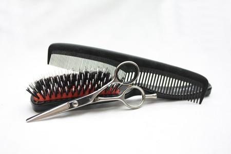 Grundlegende Friseure Tools: Schere, einen Pinsel und einem Kamm Standard-Bild - 8140852