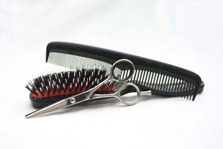 peineta: Herramientas b�sicas de peluquer�a: par de tijeras, un pincel y un peine  Foto de archivo
