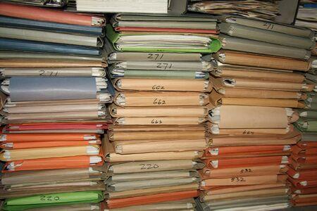 File multicolori di cartone contenente i carichi di lavoro di ufficio