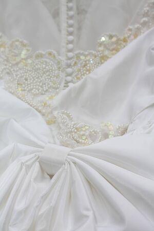 bridal gown: Detalle de un vestido de novia blanco o boda vestido con perlas y botones blancos