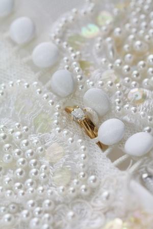 Diamond Engagement Ring und Hochzeit Band auf ein Brautkleid Standard-Bild - 9055084