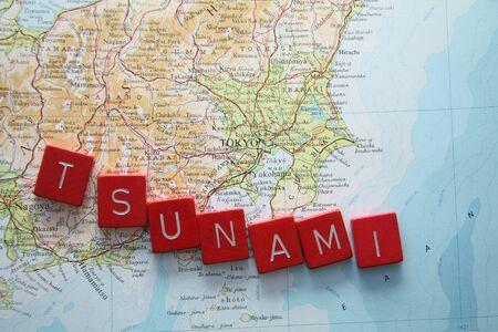 März 11th 2011 Tsunami in Japan, Karte von Japan mit Tsunami in roter Schrift geschrieben Standard-Bild - 9020140