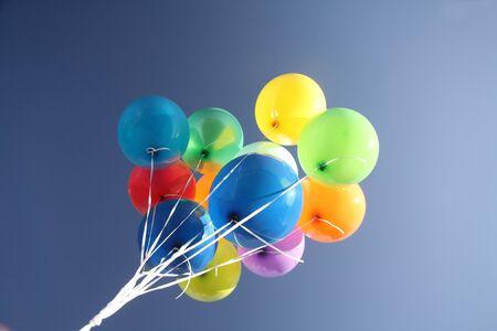 ballons: Ballons color�s dans un ciel bleu vif