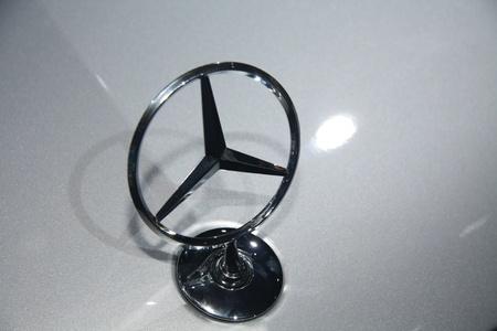 April, 22. 2011-Amsterdam, Niederlande. Amsterdam Rai Carshow Mercedes Stern Marke Zeichen auf Motorhaube Standard-Bild - 9386618
