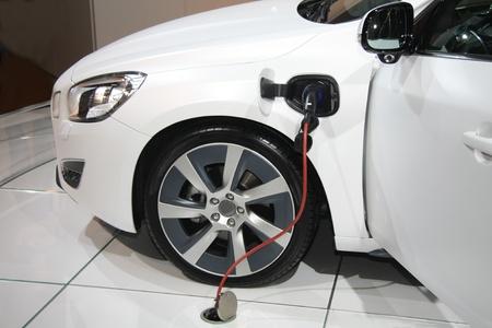 Ein weißer Elektro-Hybrid-Auto auf aufladen Lizenzfreie Bilder