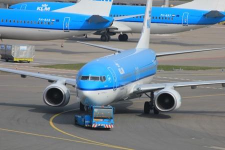Mars, 24, a�roport d'Amsterdam Schiphol aux Pays-Bas: un avion est repouss� par un remorqueur pour �viter le souffle des r�acteurs Banque d'images - 12878293