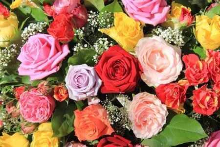 混合のバラの花束、明るい色の大きなバラ