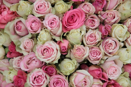 mujer con rosas: Detalle de una central de la boda, diferentes tonos de rosas de color rosa