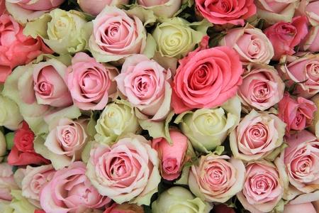 mujer con rosas: Detalle de una pieza central de la boda, diferentes tonos de rosas de color rosa