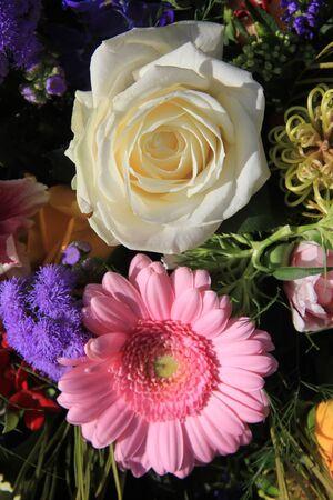 Weiß Arum Lilien In Einem Blumen-Arrangement Lizenzfreie Fotos ...