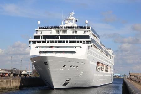 cruiseship: 21 de abril 2012, MSC Lirica en el canal hacia el Mar del Norte. El MSC Lirica es un crucero 824,3 pies de largo, construido en 2003, propiedad de Mediterranean Shipping Company Editorial