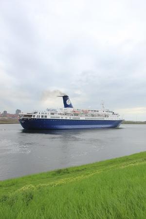 cruiseship: 05 de mayo 2012 Velsen, Pa�ses Bajos. Oc�ano condesa en el canal hacia el Mar del Norte. La condesa Ocean es un crucero 541ft de largo, construido en 1976 y propiedad de los viajes en crucero y mar�timo