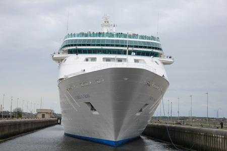 cruiseship: 05 de mayo 2012 Velsen, Pa�ses Bajos. Vision of the Seas en las esclusas IJmuiden. El Vision of the Seas es un crucero 915FT largo, construido en 1998, propiedad de Royal Caribbean International