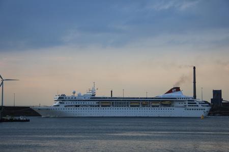 cruiseship: 07 de mayo 2012 Velsen, Holanda. Braemar en IJmuiden. El Braemar es un crucero 639ft de largo, construido en 1993, propiedad de Fred Olsen Cruise Lines