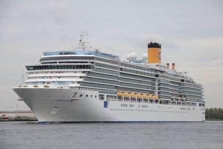 cruiseship: 14 de mayo 2012, Ijmuiden, Pa�ses Bajos. Costa Deliziosa. El Costa Deliziosa es un barco de crucero 957.8ft largo, construido en 2010, pertenece y es operado por Costa Cruceros.