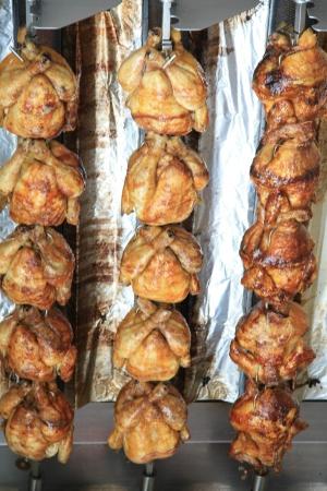 pollo rostizado: Pollos asados ??Jugo para llevar, el mercado local en la provenza Foto de archivo