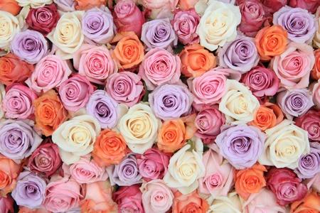 多くのパステル色のバラでブライダル フラワー アレンジ 写真素材