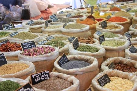 Herbes und Gewürzen in Jutesäcken auf einem provenzalischen Markt in Frankreich