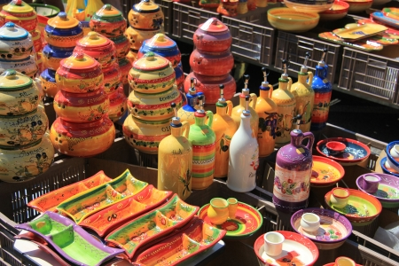 Cer�mica en muchos colores brillantes en un mercado local en la regi�n de Provenza, Francia photo
