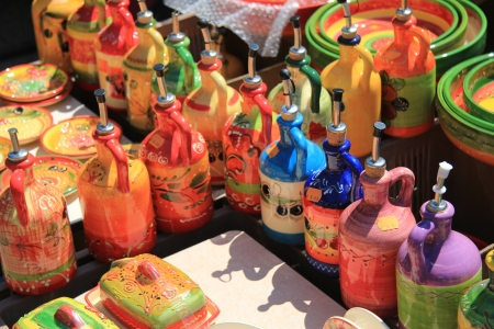 Cer�mica hecha a mano de colores en un mercado en la Provenza photo