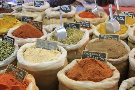 Herbes és fűszerek juta zsákok egy provence-piaci Franciaországban Stock fotó