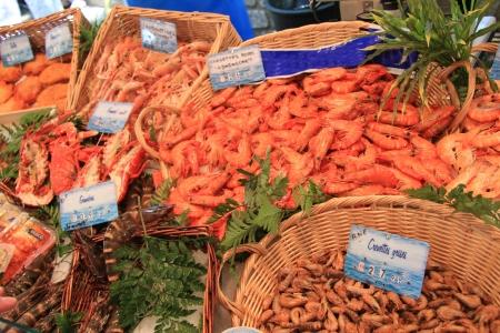 Verschillende soorten garnalen op een lokale markt in Frankrijk