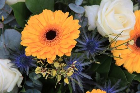 Gelbe Und Weiße Blumen-Arrangement, Gelb Gerbera Und Weißen Rosen ...