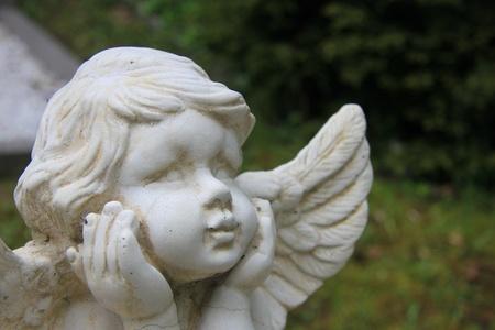 angelo custode: Pietra bianca angelo custode in un cimitero