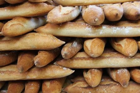 Frische Baguettes, tradiotional Französisch Brot auf einem Markt in Frankreich Lizenzfreie Bilder
