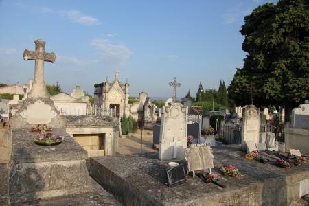 tumbas: Vista general de un antiguo cementerio en Aubignan, Francia Foto de archivo