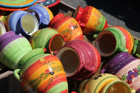 Traditional pottery on a local market in the Provence, France Standard-Bild