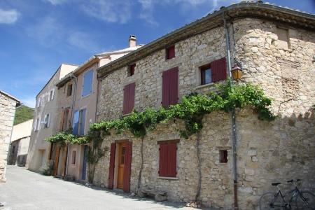 Les maisons traditionnelles construites avec des portes peintes de couleurs vives dans la Provence française Banque d'images - 15603505
