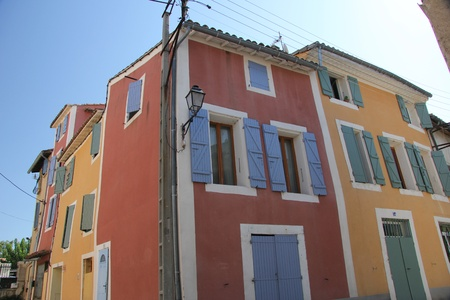 Huis in provençaalse stijl met houten luiken en een gepleisterde