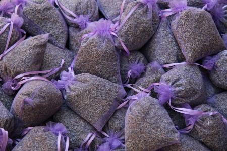 flores secas: bolsas perfumadas de lavanda en un mercado en la Provenza, Francia
