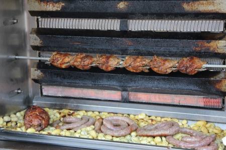 pollo rostizado: Pollo asado a la parrilla en un mercado local francesa
