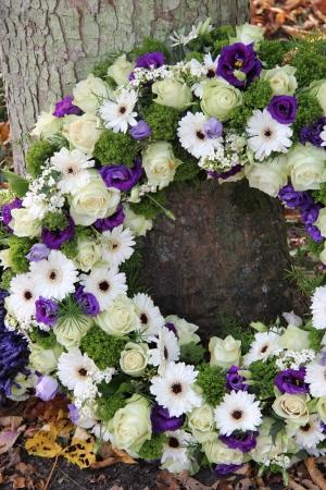 Fehér és lila szimpátia virágok egy temetési koszorú