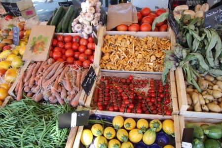 Verschiedene Sorten von Gemüse an einem Marktstand in der Provence, Frankreich
