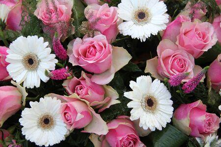 Rosa Rosen Und Weißen Lilien In Einer Hochzeit Blumen-Arrangement ...