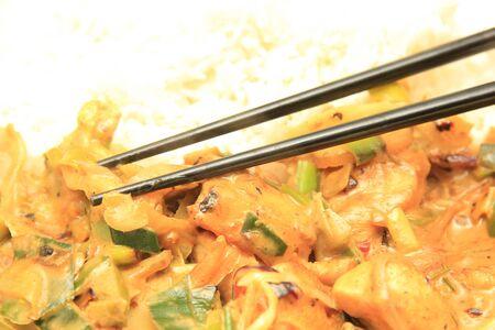 Piatto asiatico, chickend fritto e verdure servito con riso Archivio Fotografico - 17308515