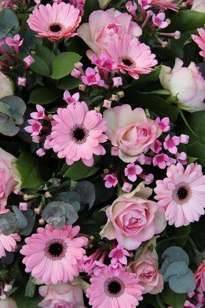 Gerbera Und Rosen In Einem Rosa Hochzeitsstrauss Lizenzfreie Fotos