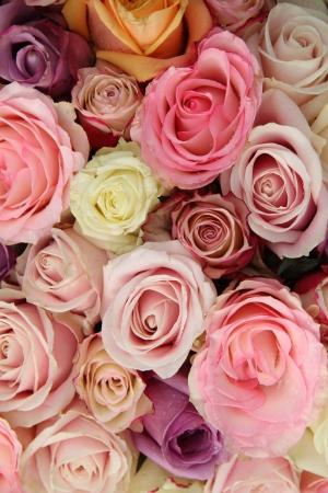 Hochzeits-Arrangement in verschiedenen Pastellfarben: rosa, weiß und lila