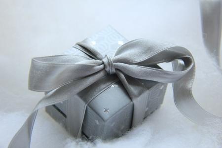 Lujo regalo de Navidad en una caja de plata con una cinta gris plata satinado Foto de archivo - 20037709
