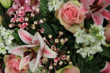Rosa Lilien Und Rosen In Einem Rosafarbenen Und Weißen Hochzeit ...