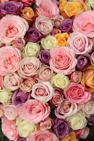 結婚式の配置でパステル調のバラ