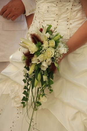 Mari�e avec le bouquet de mari�e en cascade photo