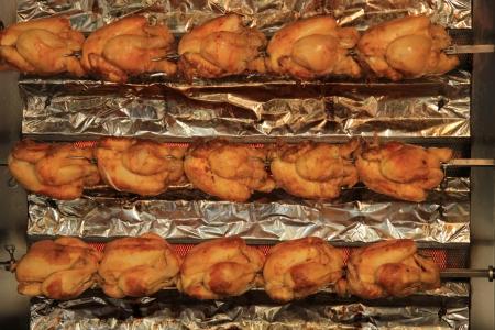 pollo rostizado: Crujiente de pollo asado en un mercado local francesa Foto de archivo