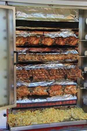 pollo rostizado: Pollo asado crujiente en un mercado local francés